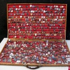 Pins de colección: MITICO MALETIN MARIO SCASSO + 650 PINS PIN BROCHE UNICAS HEAVY METAL ROCK AÑOS 80 EXPOSITOR ANTIGUO. Lote 83129452