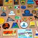 Pins de colección: INCREÍBLE LOTE DE ARTÍCULOS EXPO´92. OCASIÓN ÚNICA! PINS, LIBROS, PEGATINAS, MERCHANDISING, POSTALES. Lote 83922596