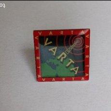 Pins de colección: PIN DE BATERIAS VARTA. Lote 84983752