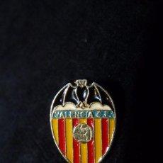 Pins de colección: ANTIGUO PIN INSIGNIA SOLAPA VALENCIA CLUB DE FUTBOL. Lote 85346128