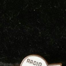 Pins de colección: INSIGNIA DE SOLAPA PUBLICITARIA DE RADIO PUNTO AZUL AÑOS 30-40. Lote 89072903