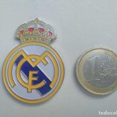 Pins de colección: PIN - ESCUDO EQUIPO DE FUTBOL - TAMAÑO GRANDE - REAL MADRID. Lote 195156228