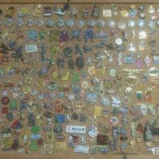 Pins de colección: COLECCIÓN DE MAS DE 300 PINS, GUARDADOS Y ENVIADOS EN TUPPERWARE. YA NO TENGO EL TABLON. Lote 100081275