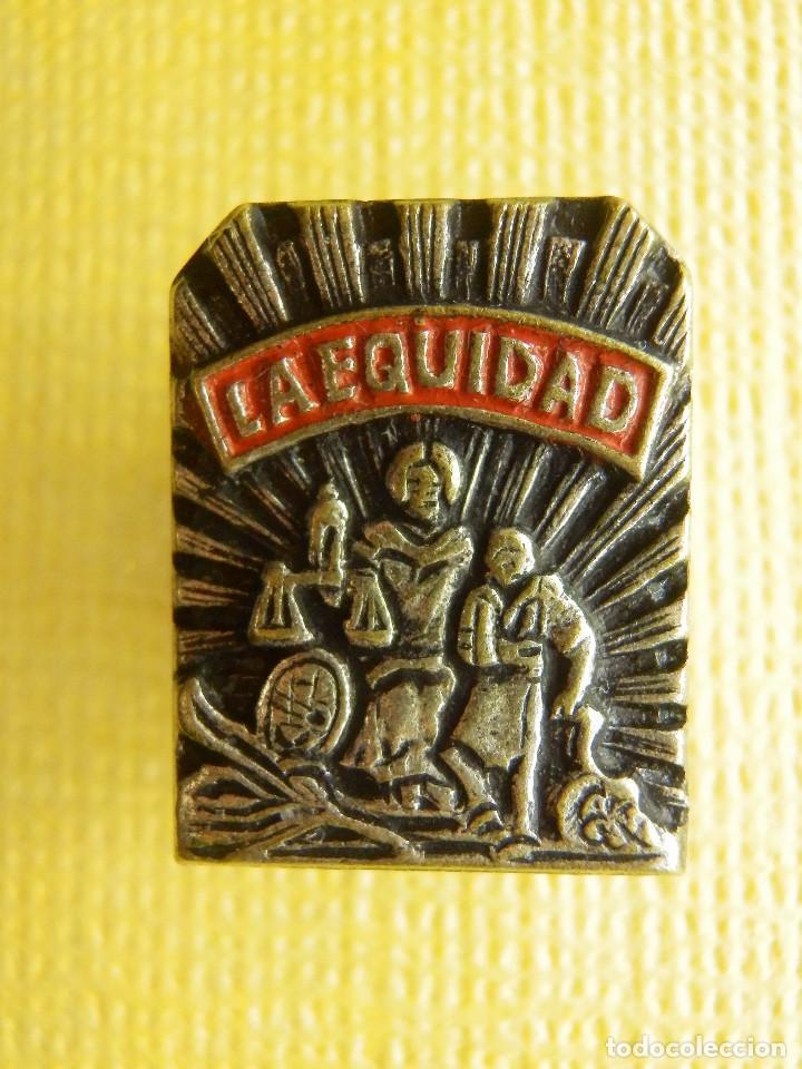 INSIGNIA PARA OJAL DE SOLAPA - LA EQUIDAD - SEGUROS - MUY RARA Y MUY ESCASA (Coleccionismo - Pins)