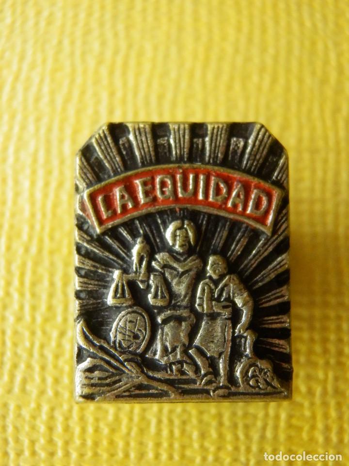 Pins de colección: Insignia para ojal de solapa - La Equidad - Seguros - Muy rara y muy escasa - Foto 2 - 105223519