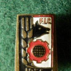 Pins de colección: INSIGNIA PARA OJAL DE CHAQUETA - FIC - F.I.C 1956 - MAQUINARIA AGRÍCOLA - AÑOS 50 -. Lote 107748879