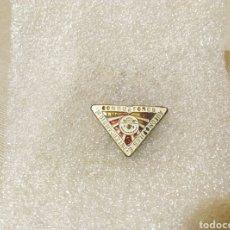 Pins de colección: ANTIGUO PIN ESMALTADO, INSIGNIA, INTERCAMBIO M. CONDUCTORES AUTOMOVIL F.S.E (IMCA). Lote 107855811