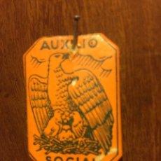 Pins de colección: RARO EMBLEMA AUXILIO SOCIAL DE CARTULINA (ÁGUILA). Lote 109413115