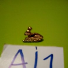 Pins de colección: PIN DORADO PERSONA EN MOTO DE AGUA. Lote 109505435