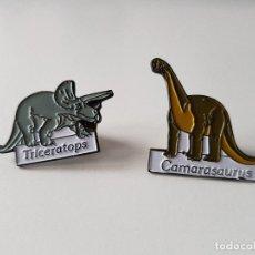 Pins de colección: LOTE PINS DINOSAURIOS – TRICERATOPS Y CAMARASAURUS. Lote 111036679