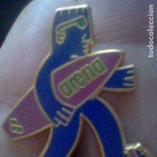Pins de colección: PIN PINCHO ARENA MATERIAL NATACION SURF TABLA . Lote 112157407