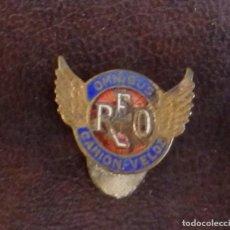 Pins de colección: ANTIGUO PINS OMNIBUS CAMION VELOZ REO. Lote 115234507
