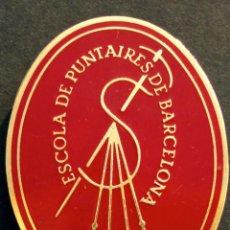 Pins de colección: PIN DE AGUJA INSIGNIA ENCAJE BOLILLOS ESCOLA DE PUNTAIRES DE BARCELONA. Lote 117341687
