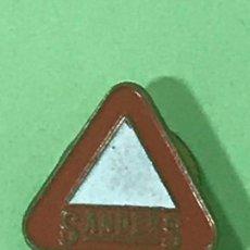 Pins de colección: PIENSOS SANDERS SEÑAL TRAFICO PELIGRO - PIN PINS INSIGNIA INSIGNIAS OJAL SOLAPA. Lote 121067615