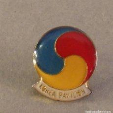 Pins de colección: PIN DE LA EXPO 92 1992 SEVILLA, EL DESCUBRIMIENTO. PABELLÓN DE KOREA COREA. Lote 126352527