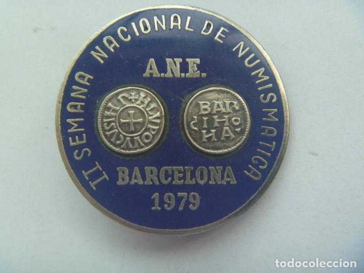 PRECIOSO BROCHE DE LA II SEMANA NACIONAL DE NUMISMATICA . BARCELONA 1979 . ¿ PLATA ? Y ESMALTE (Coleccionismo - Pins)