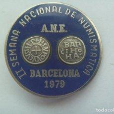 Pins de colección: PRECIOSO BROCHE DE LA II SEMANA NACIONAL DE NUMISMATICA . BARCELONA 1979 . ¿ PLATA ? Y ESMALTE. Lote 127428395