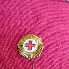 Pins de colección: INSIGNIA ALFILER ANTIGUA CRUZ ROJA. Lote 128274755