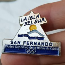 Pins de colección: PIN CIUDAD DEPORTIVA LA ISLA DE CÁDIZ. LA ISLA DEL SUR SAN FERNANDO. Lote 129291535