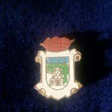 Pins de colección: ANTIGUA INSIGNIA PIN DE AGUJA ESMALTADO ESCUDO HERÁLDICO VIGO. Lote 131399418