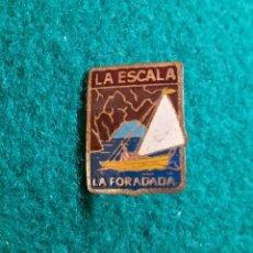 Pins de colección: ANTIGUA INSIGNIA PIN DE AGUJA IMPERDIBLE LA ESCALA GIRONA LA FORADADA. Lote 131506242