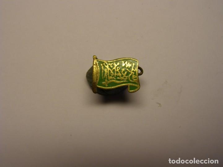 ANTIGUO PIN INSIGNIA CON LA BANDERA DE ARABIA SAUDÍ. (Coleccionismo - Pins)