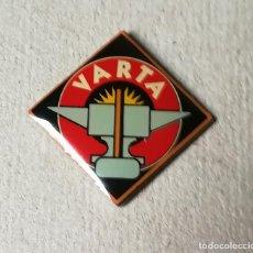 Pins de colección: PIN BATERIAS VARTA. AUTOMOCION. AUTOMOVILES.. Lote 131941050