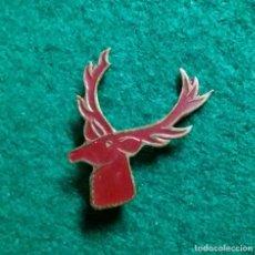 Pins de colección: ANTIGUA INSIGNIA PIN DE AGUJA IMPERDIBLE ESMALTADO CIERVO CAZA MAYOR. Lote 131957478