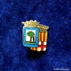 Pins de colección: ANTIGUA INSIGNIA PIN DE AGUJA IMPERDIBLE ESCUDO MADRID BARCELONA. Lote 132481354
