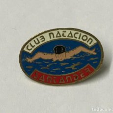 Pins de colección: ANTIGUO PIN DEL CLUB NATACIÓN SANTANDER. Lote 132500386