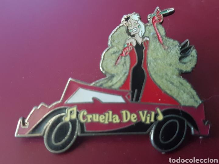 Bonito pin Disney Musica de cine Cruella de Vil (con abrigo de pelo) 101 Dalmatas, usado segunda mano
