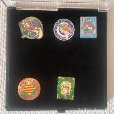 Pins de colección: 5 PINS DE LA UNIÓ CATALANISTA / CENTENARIO BASES DE MANRESA [1892]. EN CAJA ORIGINAL. 1992. Lote 139146390