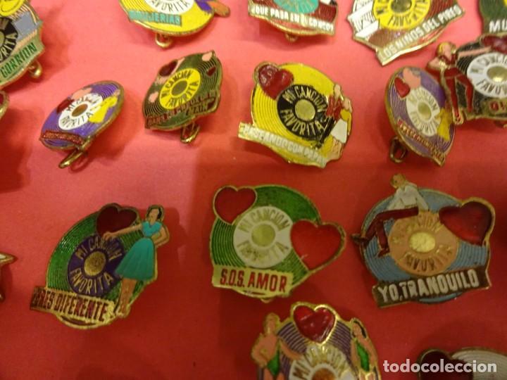 Pins de colección: MI CANCION FAVORITA. Lote de 26 insignias de aguja POP. Originales años 1960s - Foto 2 - 139565618