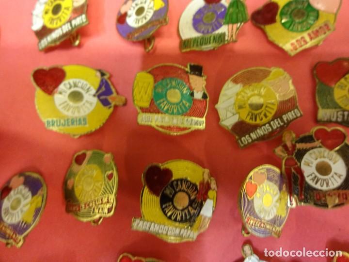 Pins de colección: MI CANCION FAVORITA. Lote de 26 insignias de aguja POP. Originales años 1960s - Foto 3 - 139565618