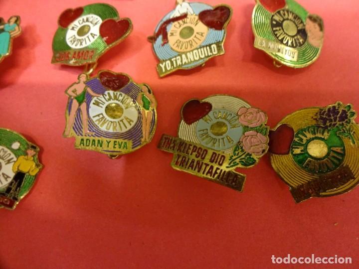 Pins de colección: MI CANCION FAVORITA. Lote de 26 insignias de aguja POP. Originales años 1960s - Foto 4 - 139565618