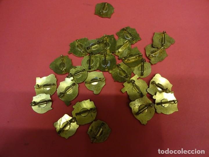 Pins de colección: MI CANCION FAVORITA. Lote de 26 insignias de aguja POP. Originales años 1960s - Foto 5 - 139565618