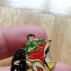 Pins de colección: PIN CORRIDA DE TOROS - TORERO - TORO. Lote 194739490