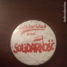 Pins de colección: ANTIGUA CHAPA POLÍTICA. SOLIDARIDAD CON SOLIDARNOSC. (POLONIA, PIN). Lote 143652298
