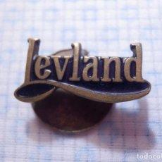Pins de colección: ANTIGUA INSIGNIA DE OJAL PARA SOLAPA - LEYLAND - MARCA DE VEHÍCULOS AUTOBUSES - REPUESTOS SAN MARTIN. Lote 144669190