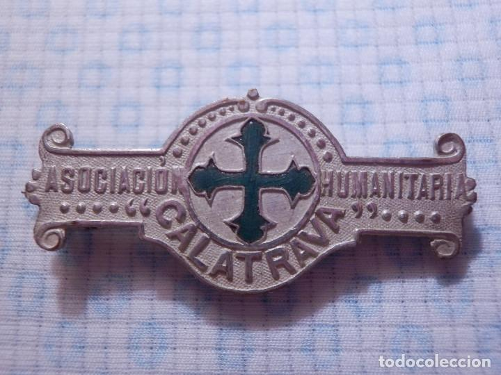 ANTIGUA INDIGNIA TIPO PASADOR IMPERDIBLE - ASOCIACIÓN HUMANITARIA CALATRAVA - (Coleccionismo - Pins)