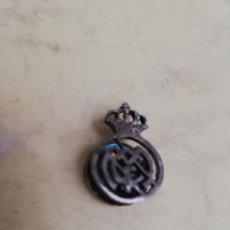 Pins de colección: REAL MADRID - INSIGNIA PARA EL OJAL - PLATA - CON INICIALES Y FECHA - AÑO 1991 - VER FOTO. Lote 145391254