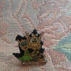Pins de colección: PIN HUGO TELECINCO TELECUPON AÑOS 90. Lote 147150309