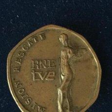 Pins de colección: ANTIGUA INSIGNIA MISIÓN RESCATE DE TVE. AÑO 1967. CON IMPERDIBLE.. Lote 147699478