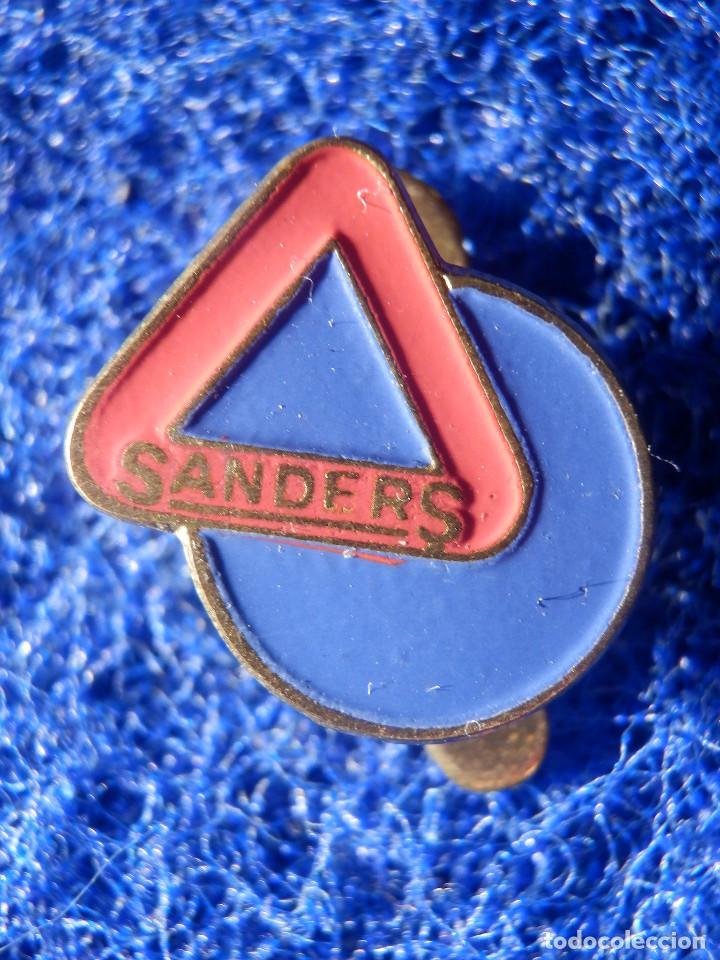 INSIGNIA PARA OJAL DE SOLAPA - SANDERS - (Coleccionismo - Pins)
