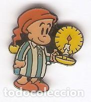1 PIN / PINS ESMALTADO - DIBUJOS ANIMADOS - NIÑO ALUMBRANDOSE CON UNA VELA (Coleccionismo - Pins)