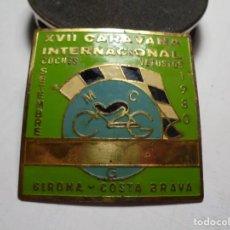Pins de colección: MAGNIFICA PLACA INSIGNIA ESMALTADA CARAVANA INTERNACIONAL COCHES VETUSTOS GIRONA-COSTA BRAVA 1980. Lote 151320382
