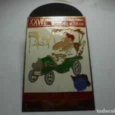 Pins de colección: MAGNIFICA PLACA INSIGNIA ESMALTADA CARAVANA INTERNACIONAL COCHES VETUSTOS GIRONA-COSTA BRAVA 1989. Lote 151320642