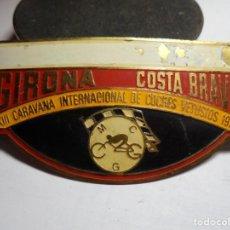 Pins de colección: MAGNIFICA PLACA INSIGNIA ESMALTADA CARAVANA INTERNACIONAL COCHES VETUSTOS GIRONA-COSTA BRAVA 1977. Lote 151391066