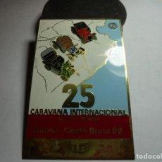 Pins de colección: MAGNIFICA PLACA INSIGNIA ESMALTADA CARAVANA INTERNACIONAL COCHES VETUSTOS GIRONA-COSTA BRAVA 1988. Lote 151391450