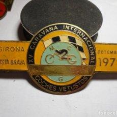 Pins de colección: MAGNIFICA PLACA INSIGNIA ESMALTADA CARAVANA INTERNACIONAL COCHES VETUSTOS GIRONA-COSTA BRAVA 1978. Lote 151391878
